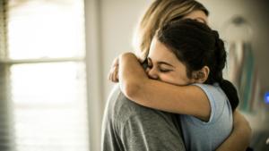 Мать обнимает дочь
